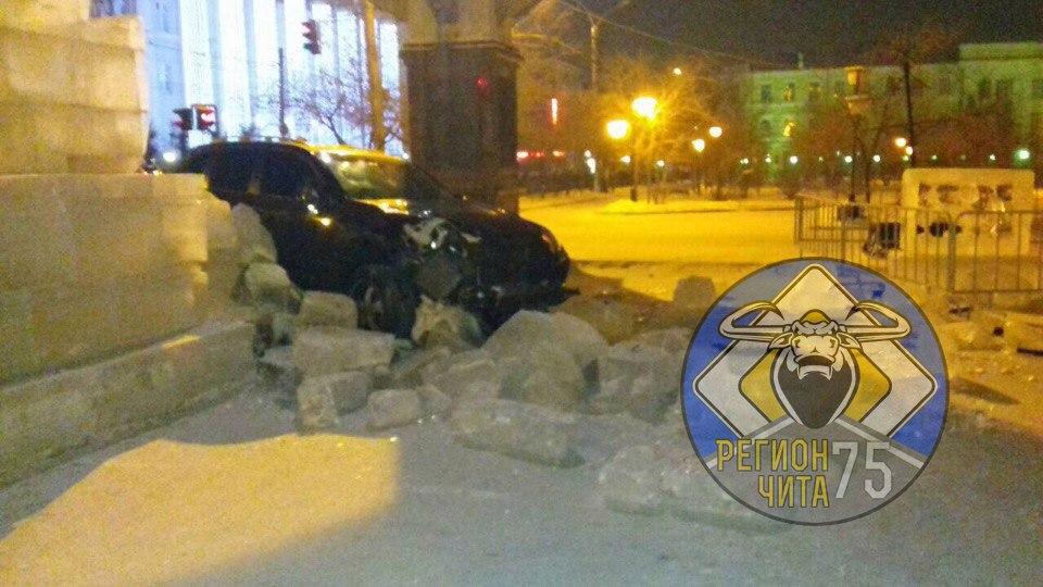 Нетрезвый читинец на«Porsche» протаранил ледовую скульптуру нацентральной площади города