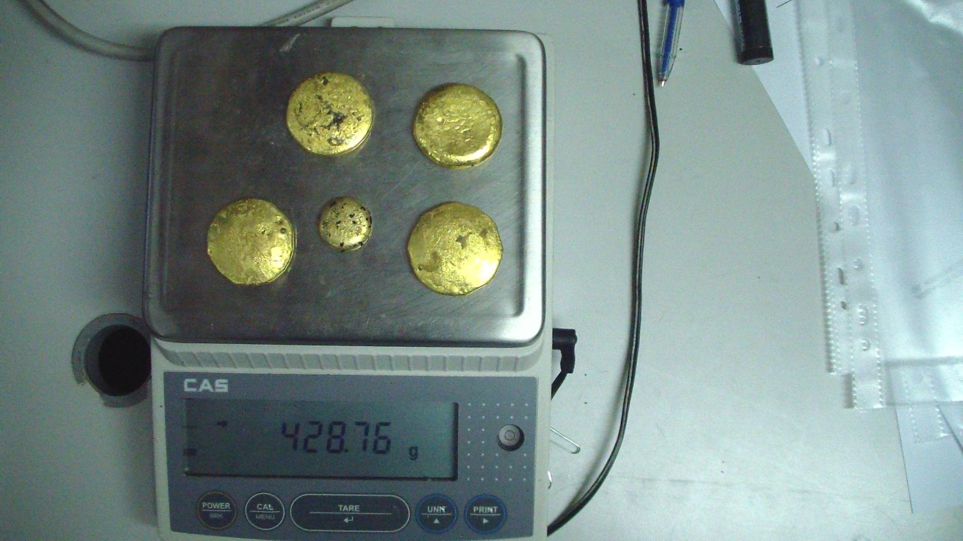 Китаец пытался вывезти изРФ слитки золота вкоробке свафлями