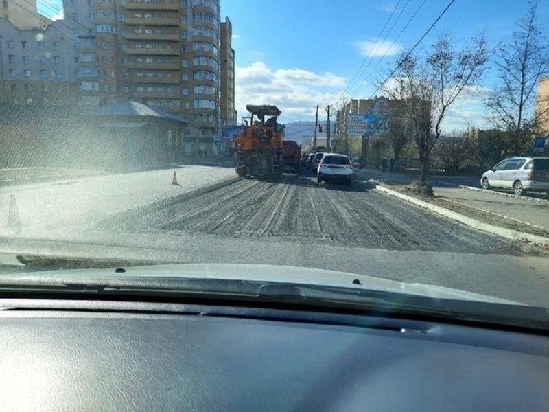 ДМРСУ за свой счет меняет асфальт на улице в Чите