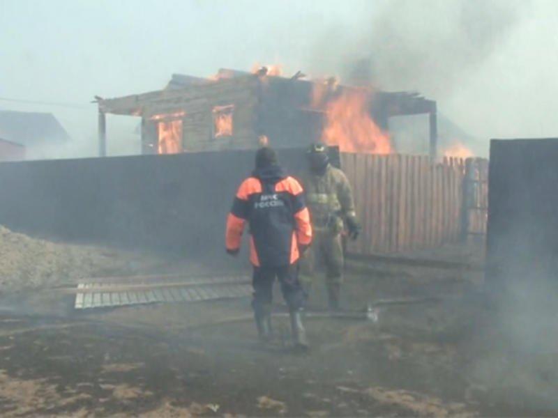 Жилые дома сгорели в мкр. Добротный. Видео с места происшествия — ZAB.TV