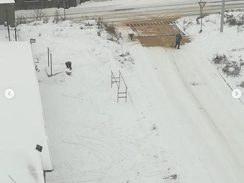 Житель Читы своими силами посыпал улицу песком во время снегопада