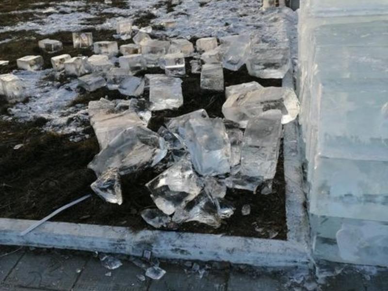 Лёд для ледового городка разбили на площади в Чите