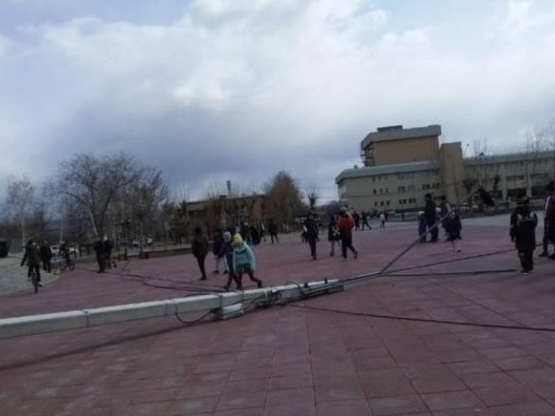 Два столба упали посреди площади Труда на КСК в Чите