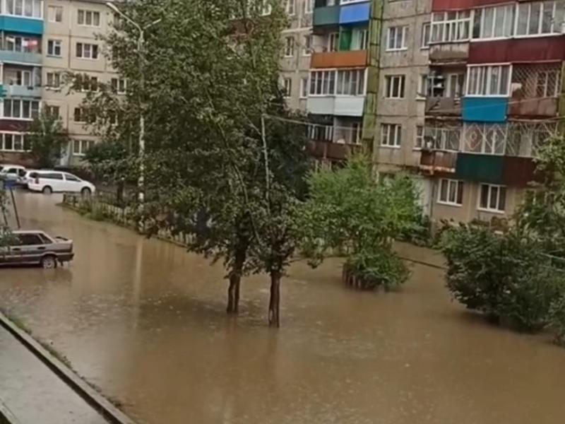 Огромная лужа затопила весь двор жилых домов на КСК