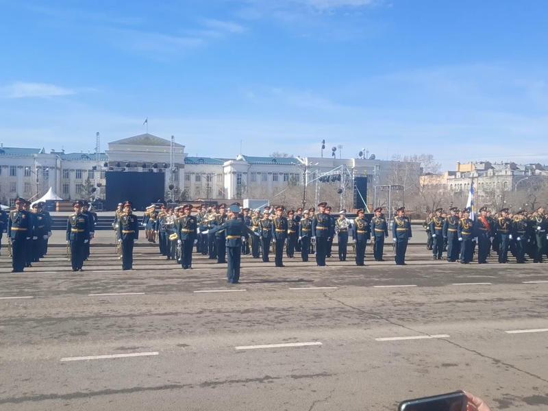 Солдаты спели песню «День Победы» на центральной площади Читы