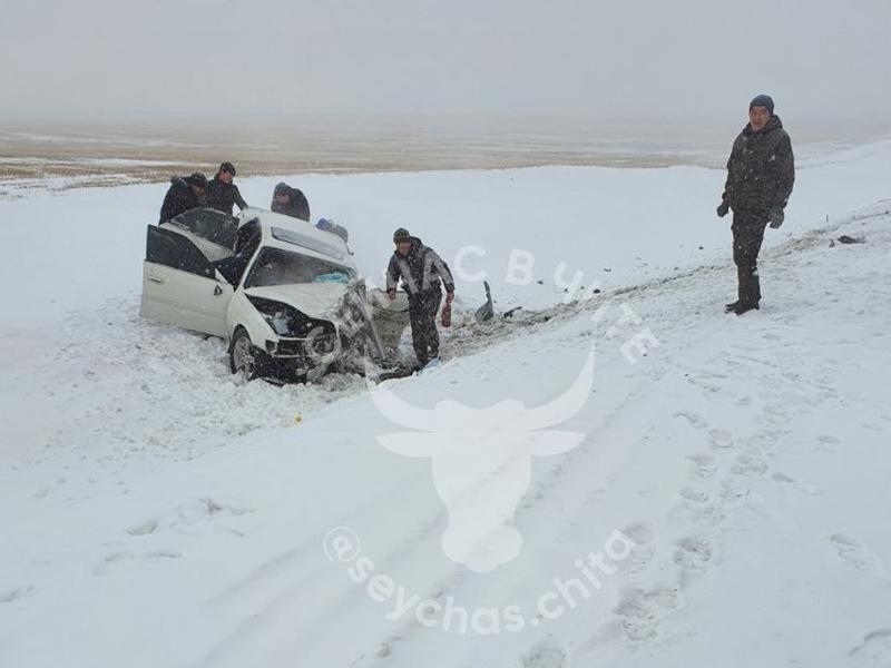 Спасатели вытащили зажатую в машине 22-летнюю девушку после ДТП в Забайкалье