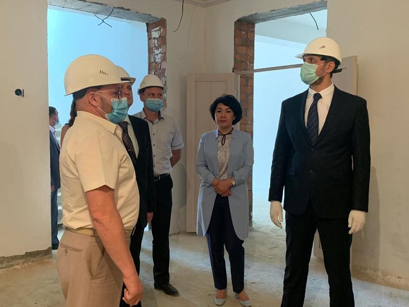 Осипов в маске – Ванчикова без: Зампред пришла на осмотр строительства детского сада без медицинской маски