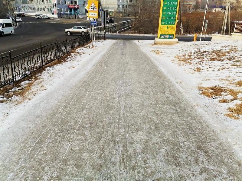 Тротуар превратился в каток на ул. Николая Островского в Чите