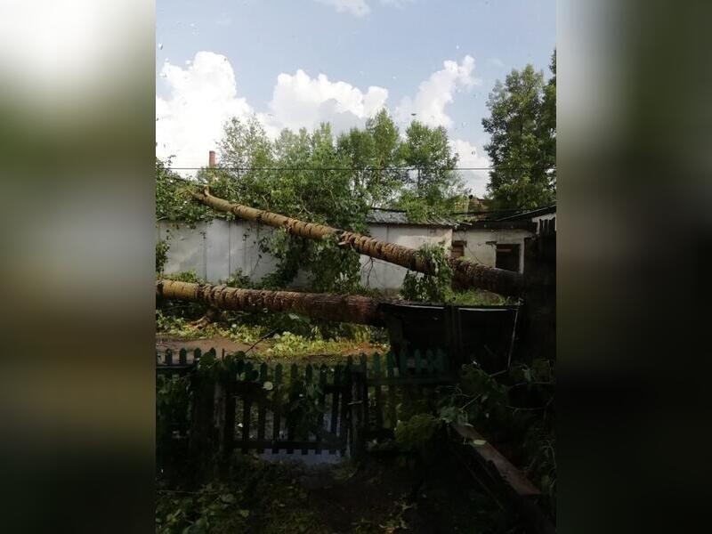 15- минутный ураган в пгт. Кокуй разрушил здания и повалил деревья