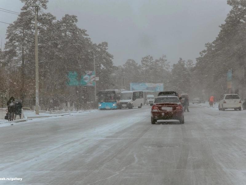 Забайкальцев предупредили о риске ДТП из-за снега и наледи на дорогах