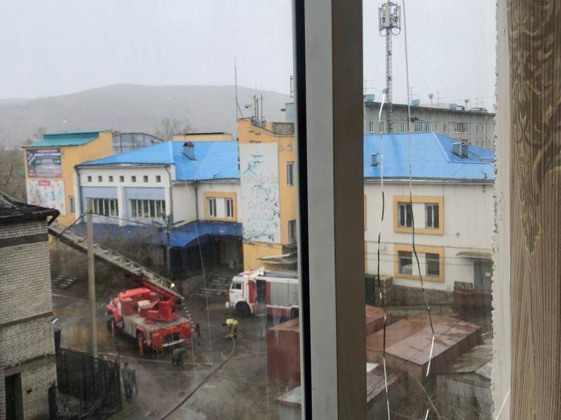 Стекла окон на верхних этажах жилого дома раскололись после пожара в ТЦ на Острове