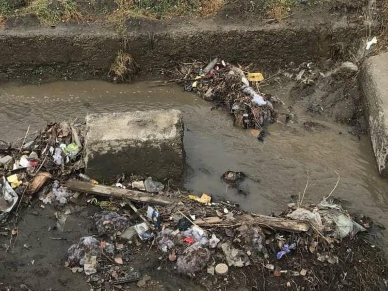На КСК в неочищенных ливневках всплыл мусор