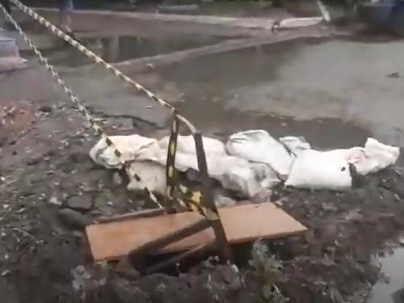 В Чите после работ ТГК-14 осталась яма в асфальте, через которую топит многоквартирный дом