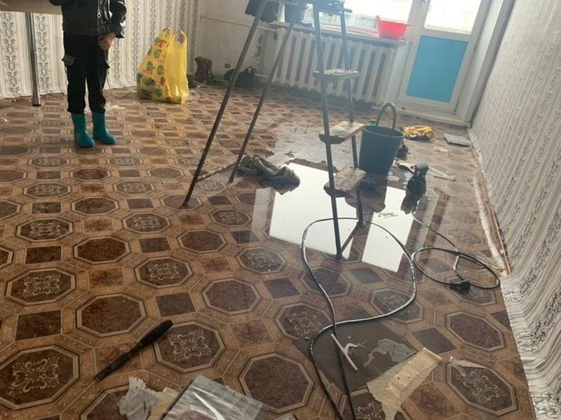 Жители Новой Куки пожаловались на испорченную мебель из-за протекающей крыши
