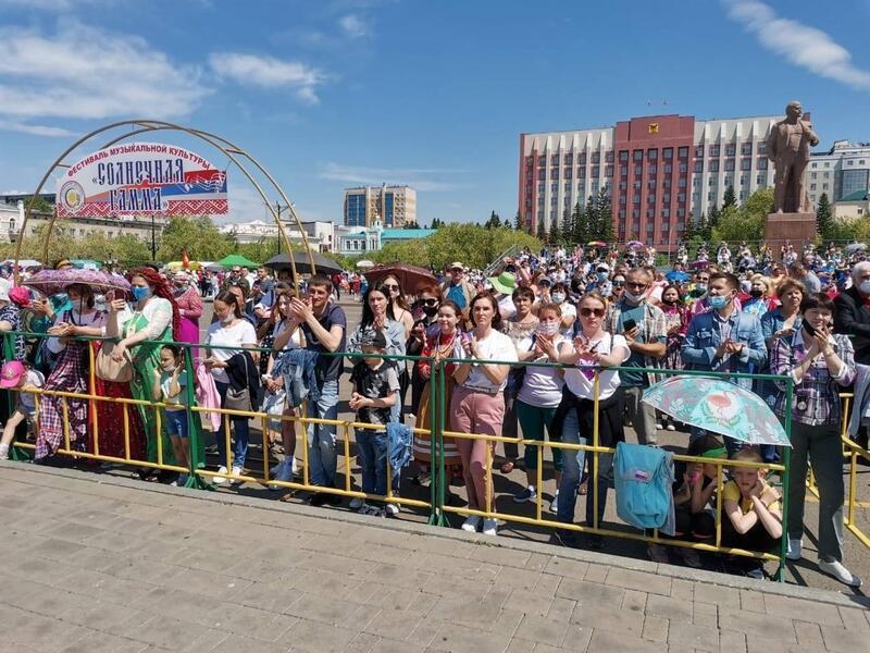 Массовые мероприятия проходят на площади Ленина в период третьей волны COVID-19