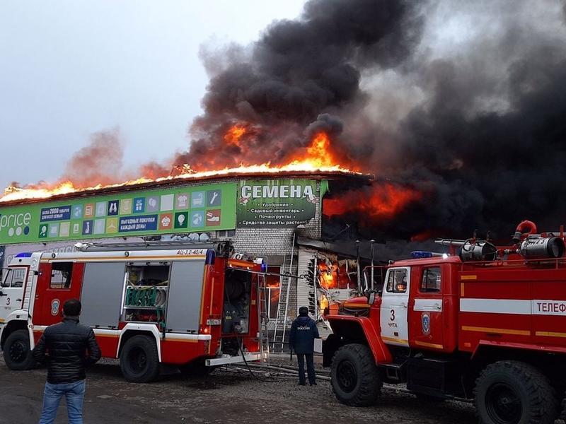 Пожар на крытом рынке в Чите тушат более 50 пожарных