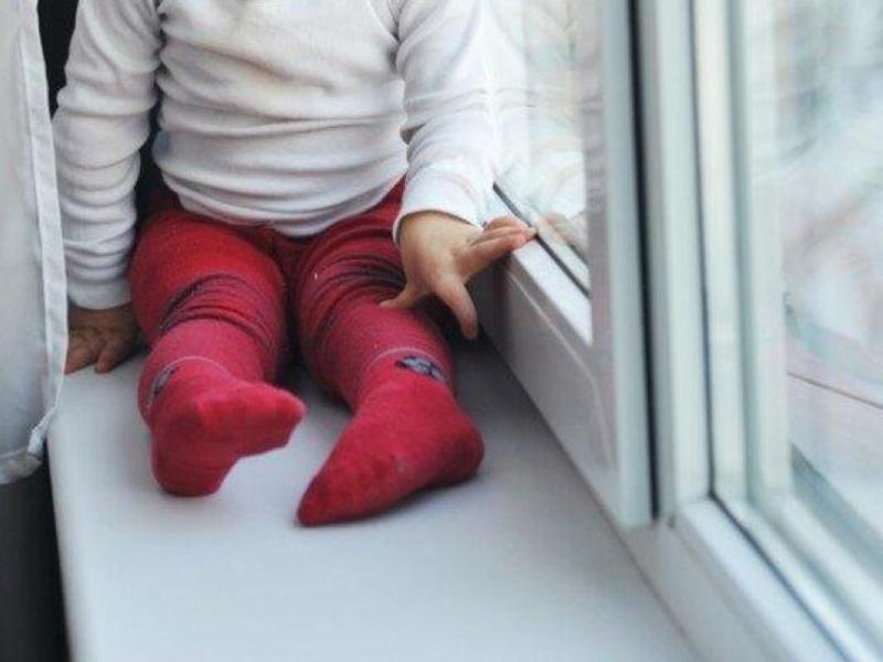 В Курчатове из окна выпал 3-летний ребенок