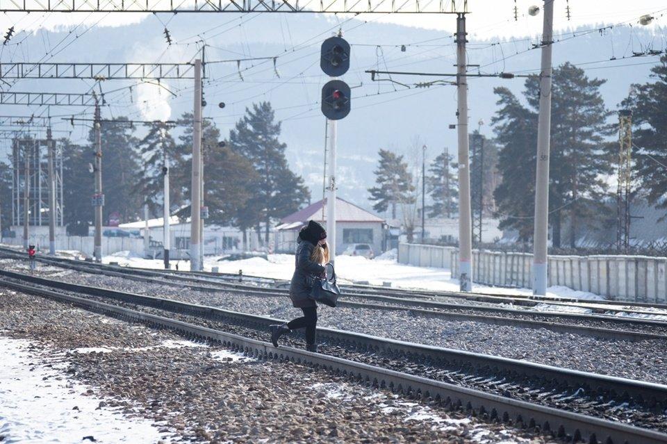 К.Токаев возмутился историей из Сексеула: дети вынуждены идти в школу по рельсам