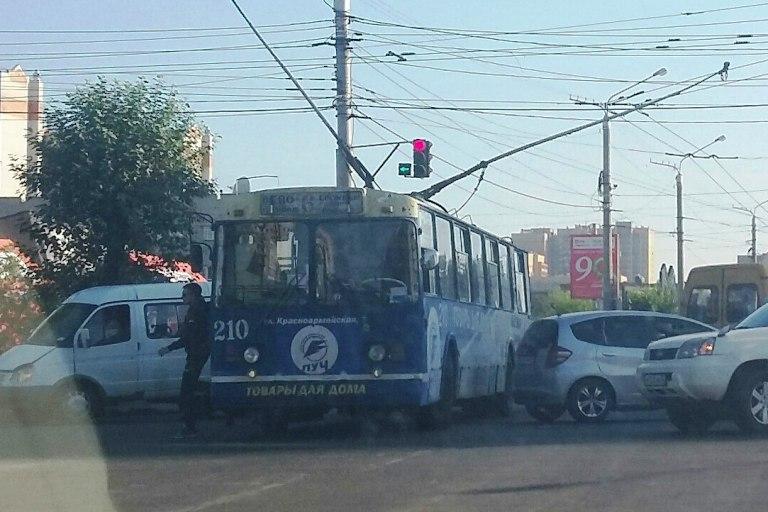 В центре Читы из-за столкновения трёх автомобилей образовалась пробка
