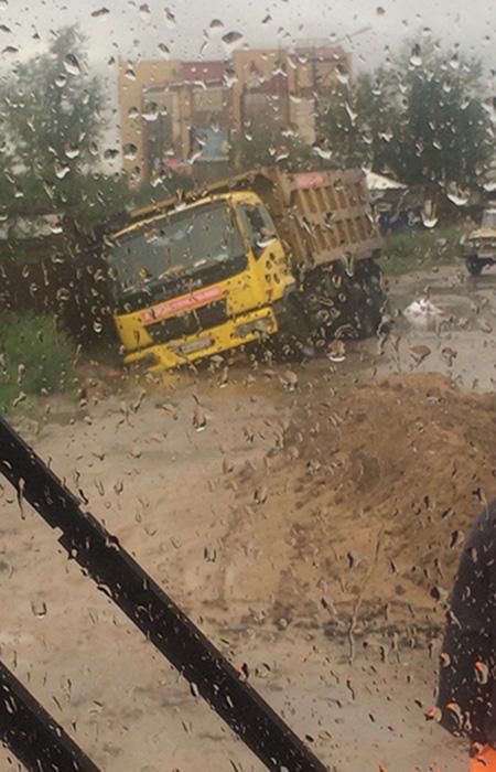В Чите из-за дождей образовались ямы, в которые провалилось несколько машин