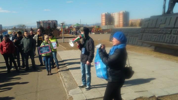 Организаторы митинга Навального в Чите измазались зеленкой