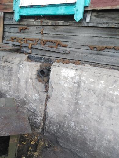 Аварийное состояние дома по улице Станционная в поселке Оловянная показал местный житель