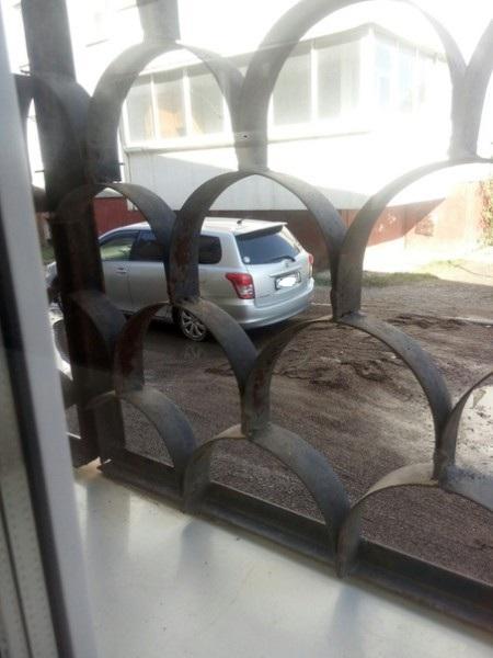 Неизвестный увозит гравий с места ремонта дороги в поселке Аэропорт